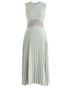 在豌豆綠色的名望花邊插入百褶連衣裙